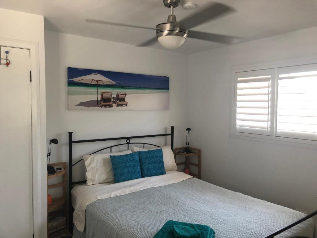 מיטה או מיטות בחדר ב-Frangipani House B&B - Nelson Bay
