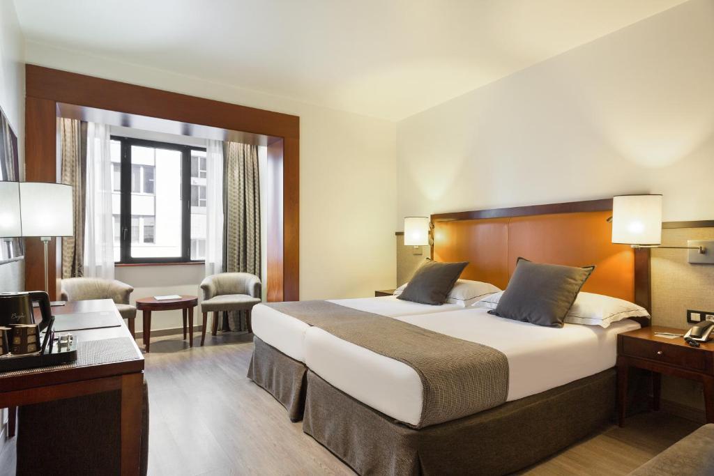 Een bed of bedden in een kamer bij Hotel Balmoral