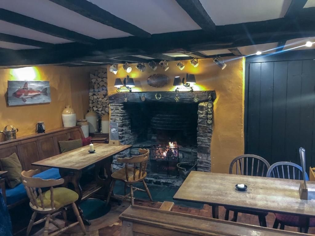 A restaurant or other place to eat at The Hoops Inn & Country Hotel