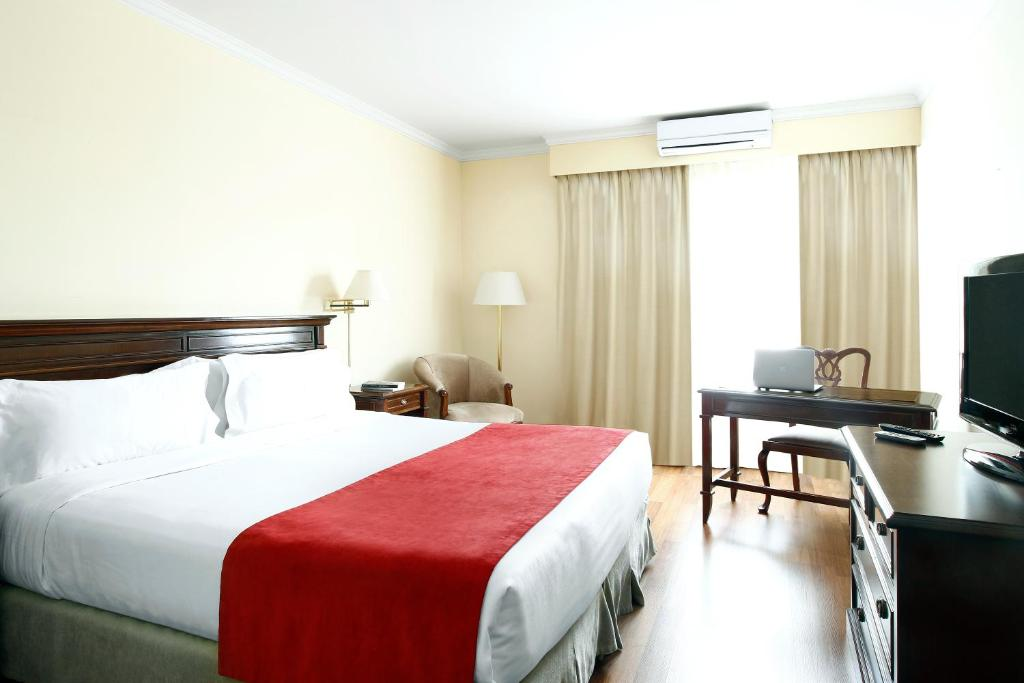 A bed or beds in a room at Cyan Américas Towers Hotel