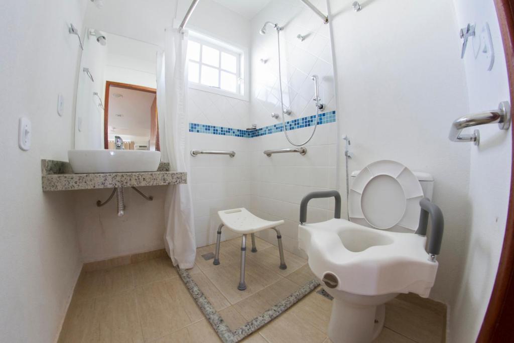 Um banheiro em Hotel Residencial Portoveleiro