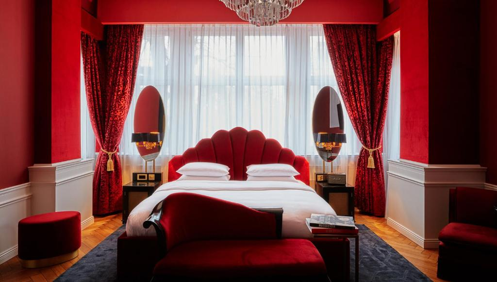 A bed or beds in a room at Provocateur Berlin