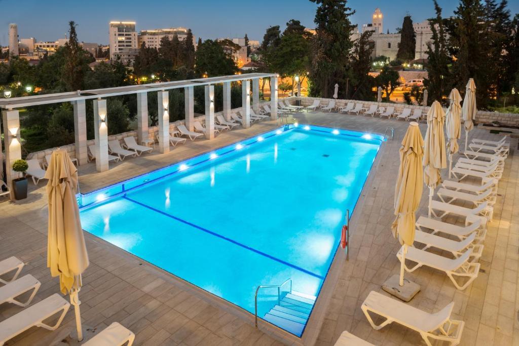 בריכת השחייה שנמצאת ב-מלון לאונרדו פלזה ירושלים או באזור