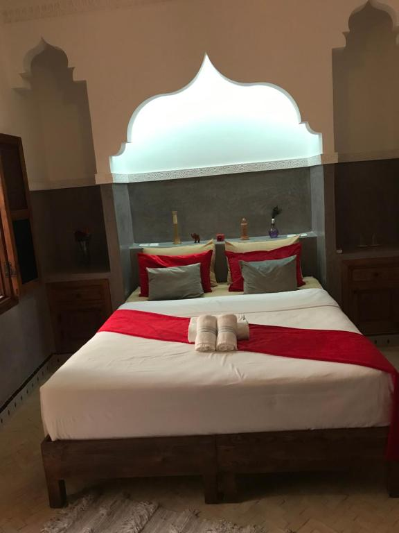 A bed or beds in a room at Riad The Ocher City