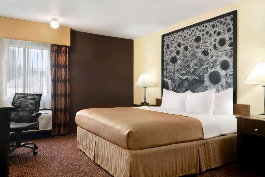 A bed or beds in a room at Super 8 by Wyndham Des Moines