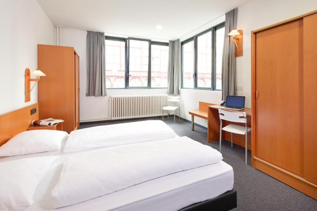 Cama ou camas em um quarto em Century Hotel Antwerpen Centrum
