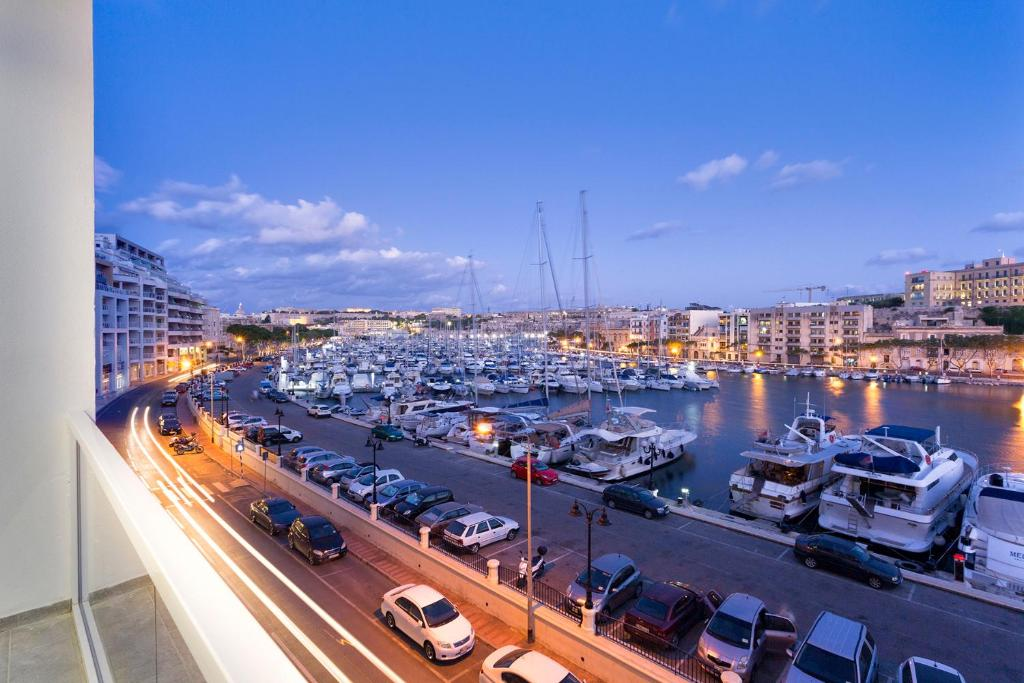 En balkon eller terrasse på Luxury 3BR Apartment with Marina Views