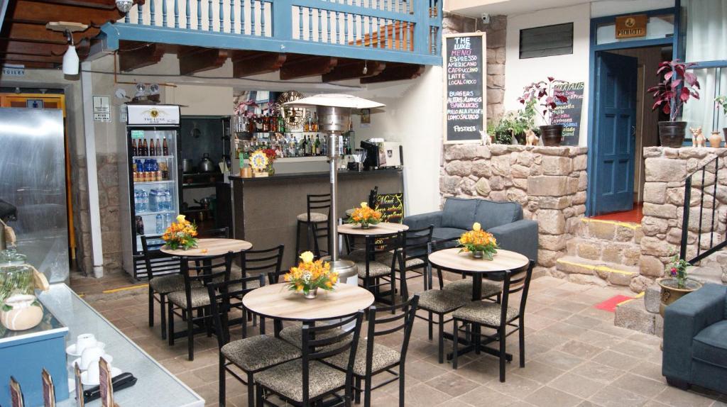 El salón o zona de bar de The Luxe Cusco Hostel