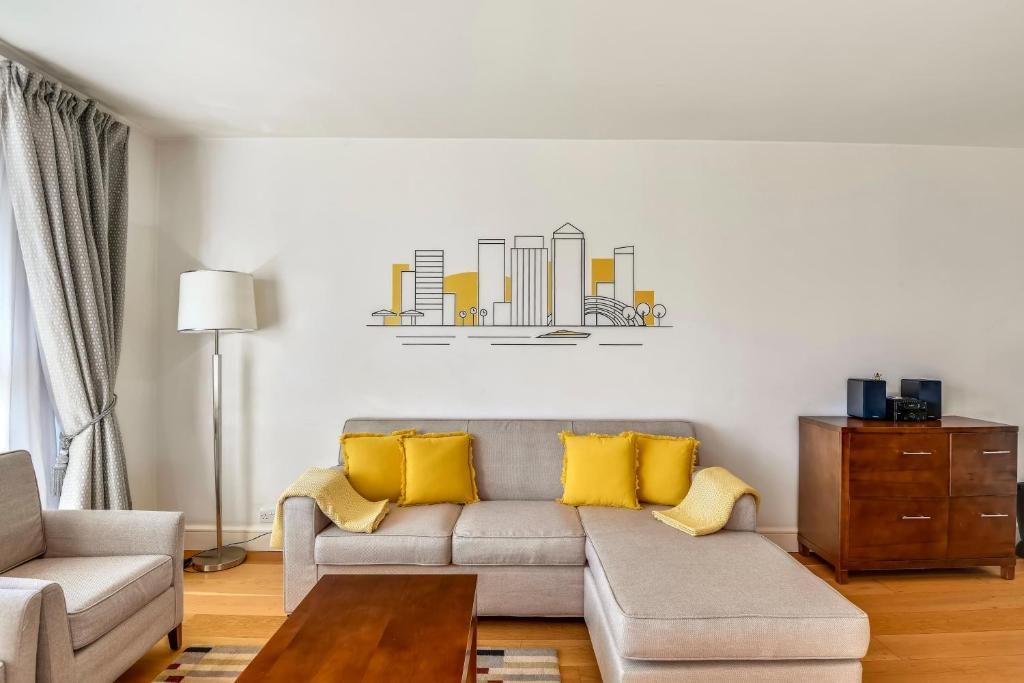 A seating area at Circus Apartments By BridgeStreet