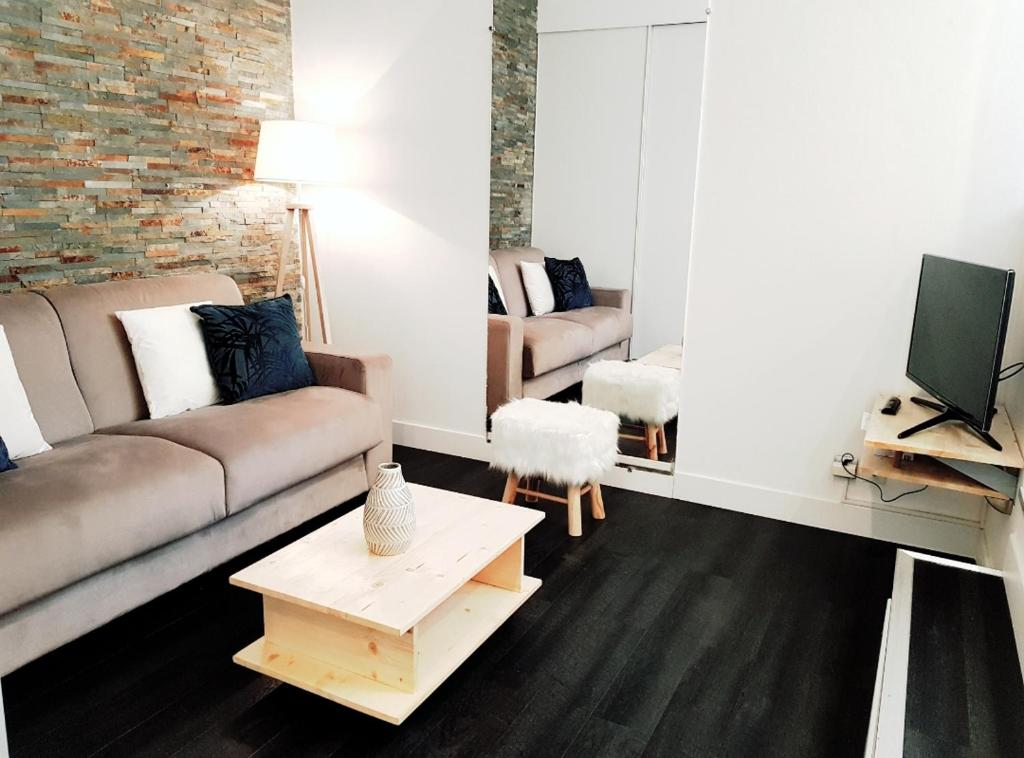 A television and/or entertainment center at Studio Cosy centre Cannes