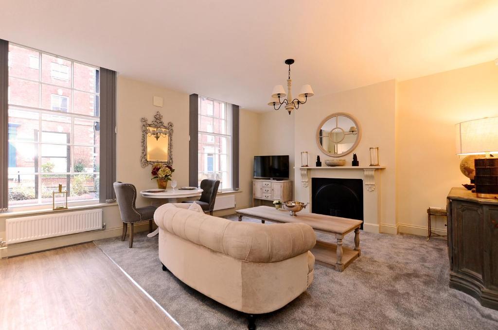 A seating area at Ranmoor Serviced Apartments at Glossop Road