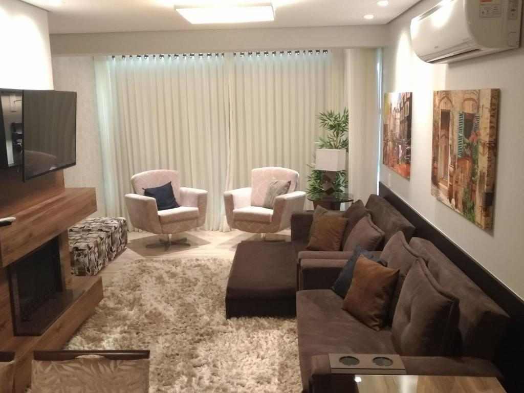 Uma área de estar em Aptos de Luxo Centro Gramado (Via Florida)