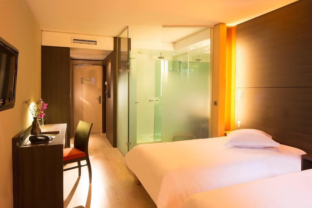 A bed or beds in a room at Oceania Quimper