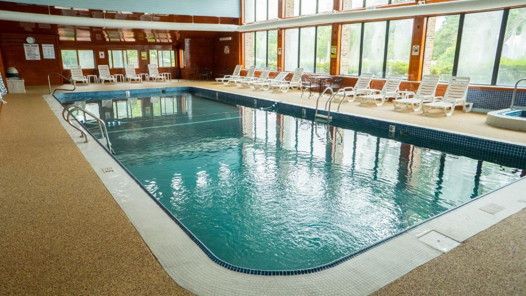 The swimming pool at or near The Mariner Resort