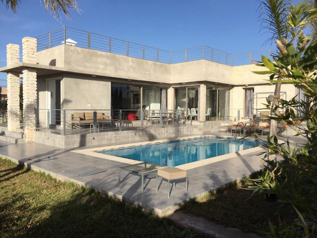 Villa moderne de plein pied avec jardin et piscine (Maroc ...