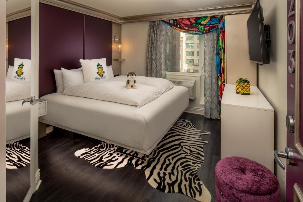 Uma cama ou camas num quarto em Staypineapple, an Artful Hotel New York