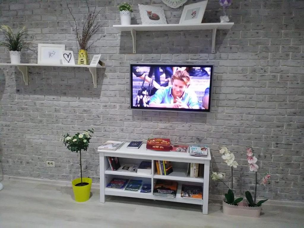 A television and/or entertainment center at Hostel Uyutnyy Dom