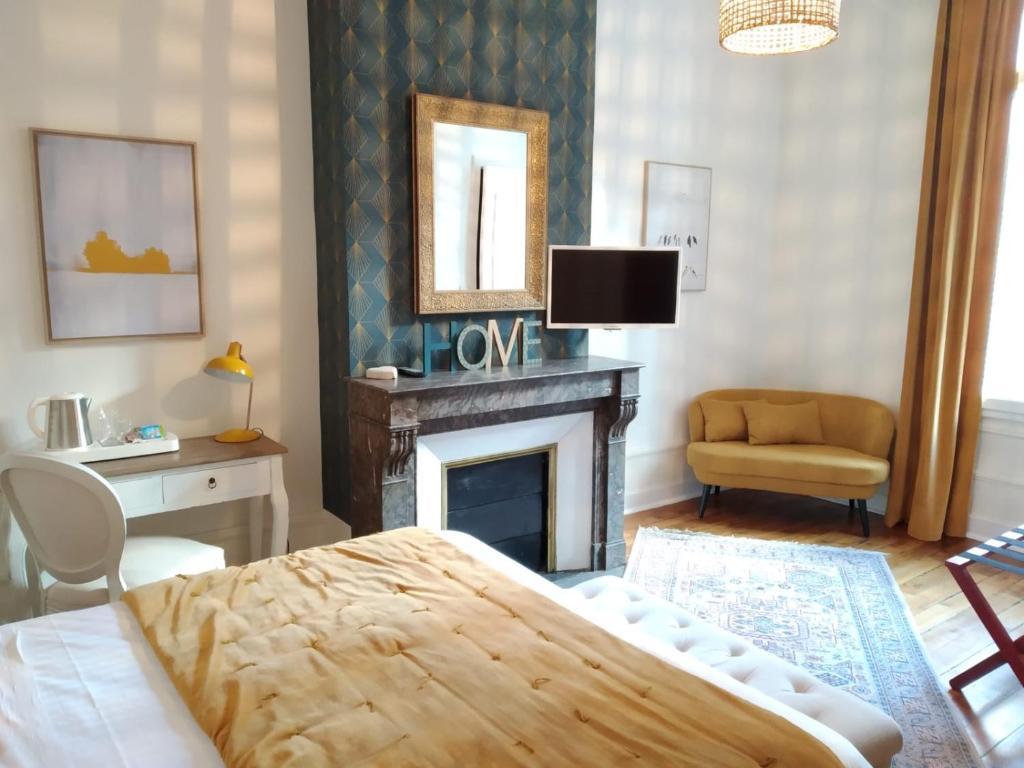 Un pat sau paturi într-o cameră la Hotel Val De Loire