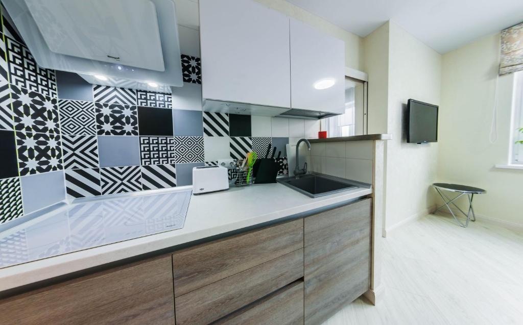 Кухня или мини-кухня в Уютная квартира в новом доме недалеко от центра