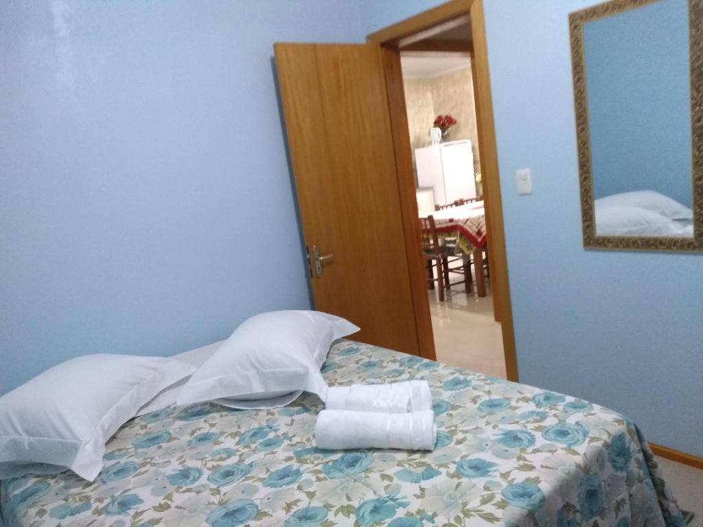 A bed or beds in a room at Casa e Flat Conforto Gramado