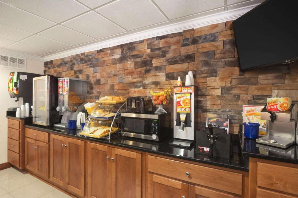 Days Inn & Suites Commerce