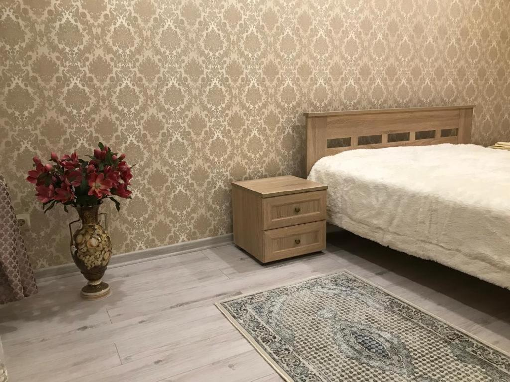 A bed or beds in a room at улица Профинтерна