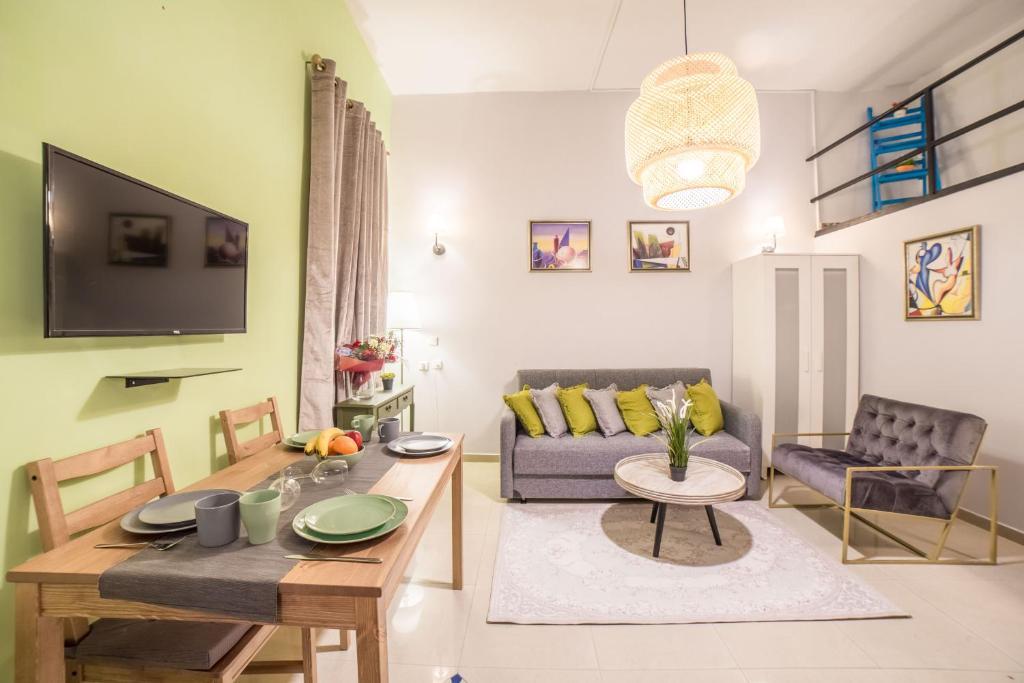 Uma área de estar em JI Rothschild Tel Aviv