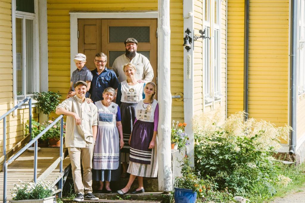Perhe, joka yöpyy majoituspaikassa Riihon Majatalo