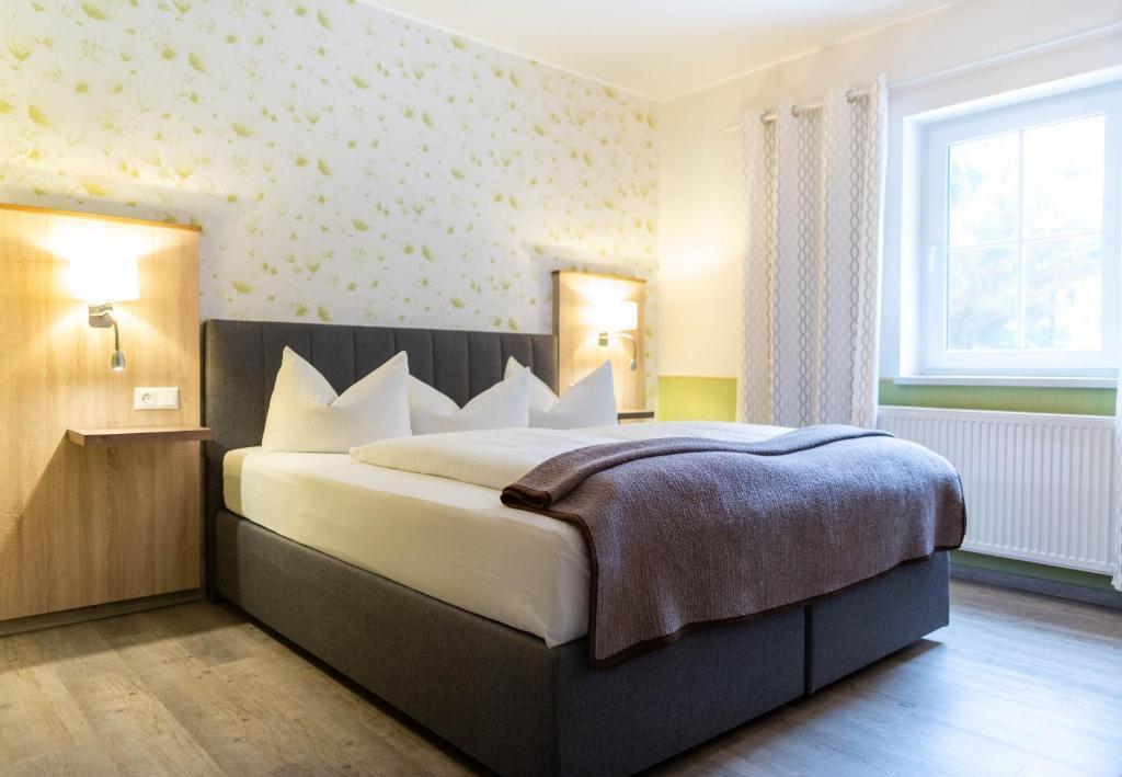 Ein Bett oder Betten in einem Zimmer der Unterkunft Hotel Zur Kutsche