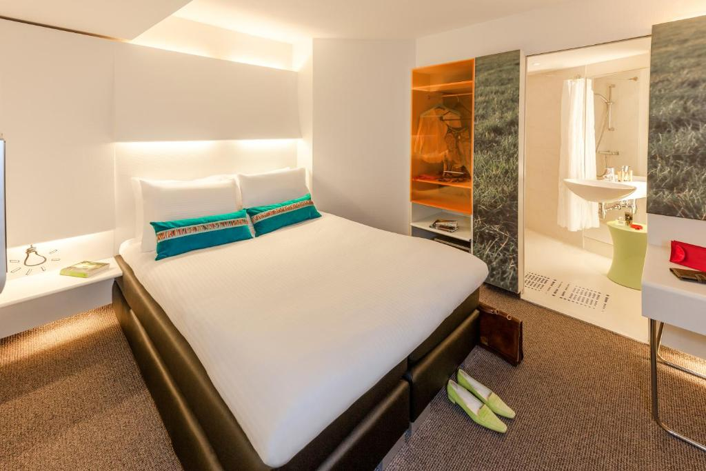 A bed or beds in a room at ibis Styles Amsterdam Central Station