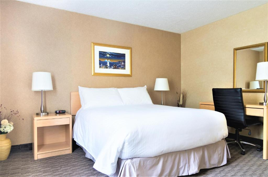 A bed or beds in a room at Mount Peyton Resort & Conference Centre