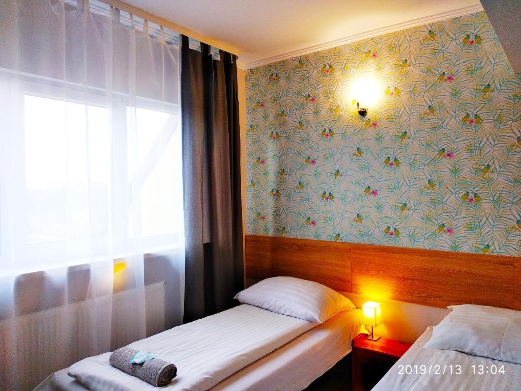 Łóżko lub łóżka w pokoju w obiekcie Hotel Krakowiak