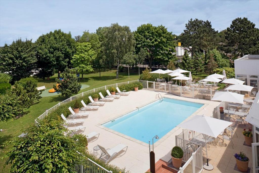 Vue sur la piscine de l'établissement Novotel Amiens Pôle Jules Verne ou sur une piscine à proximité
