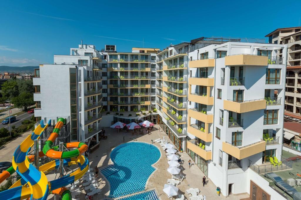 נוף של הבריכה ב-Best Western PLUS Premium Inn או בסביבה