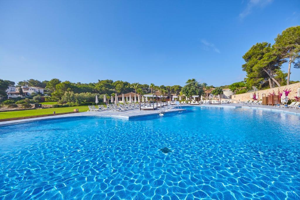 Der Swimmingpool an oder in der Nähe von Blau PortoPetro Beach Resort & Spa