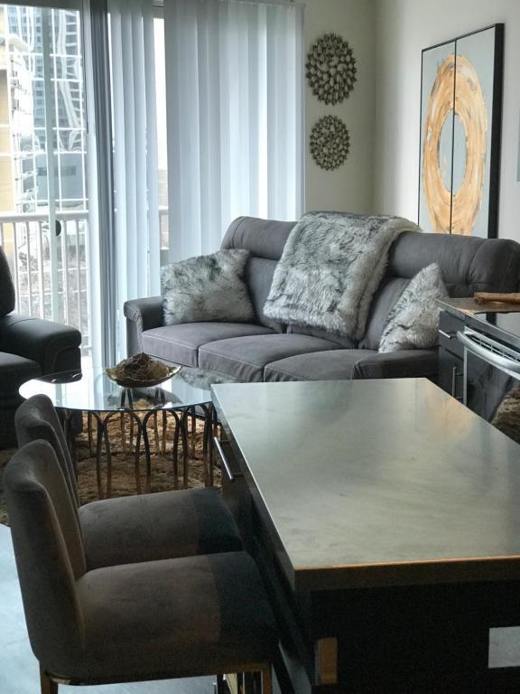 A seating area at Co-z Buckhead condo
