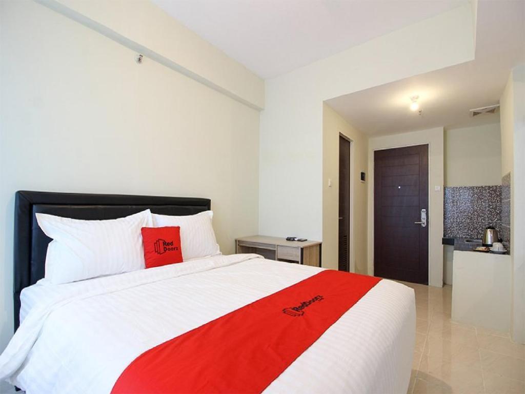Tempat tidur dalam kamar di RedDoorz Apartment @ Malioboro City Adisucipto