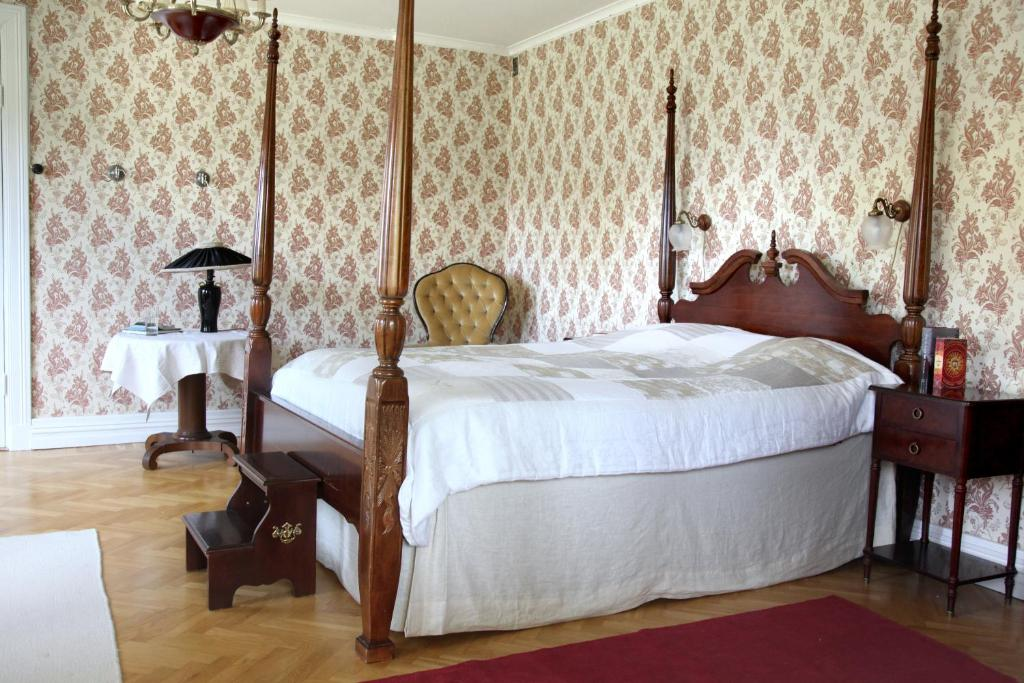 A bed or beds in a room at Boråkra Bed & Breakfast