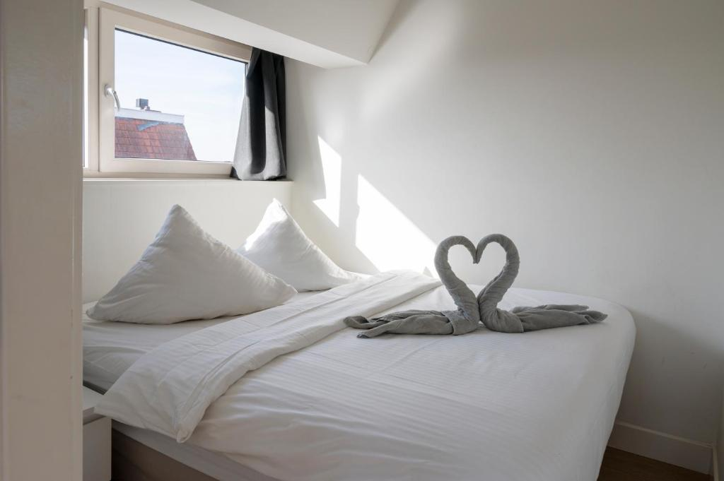A bed or beds in a room at Luxury Apartments Utrecht ll