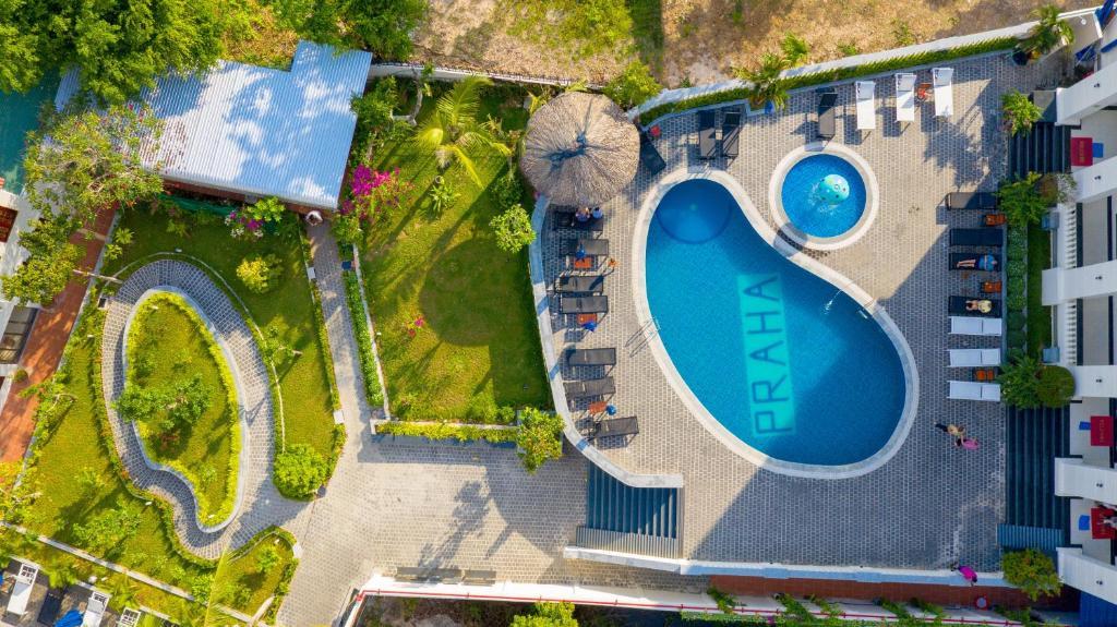 Ein Blick auf den Pool von der Unterkunft Praha Hotel oder aus der Nähe