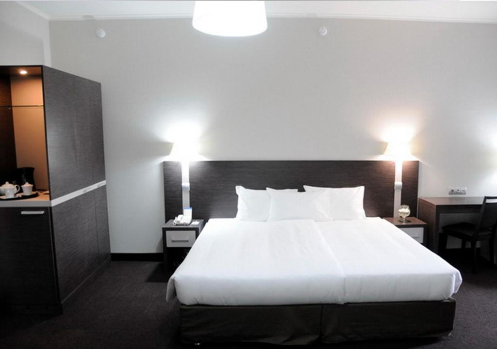 A bed or beds in a room at Zolotoy Zaton Business hotel