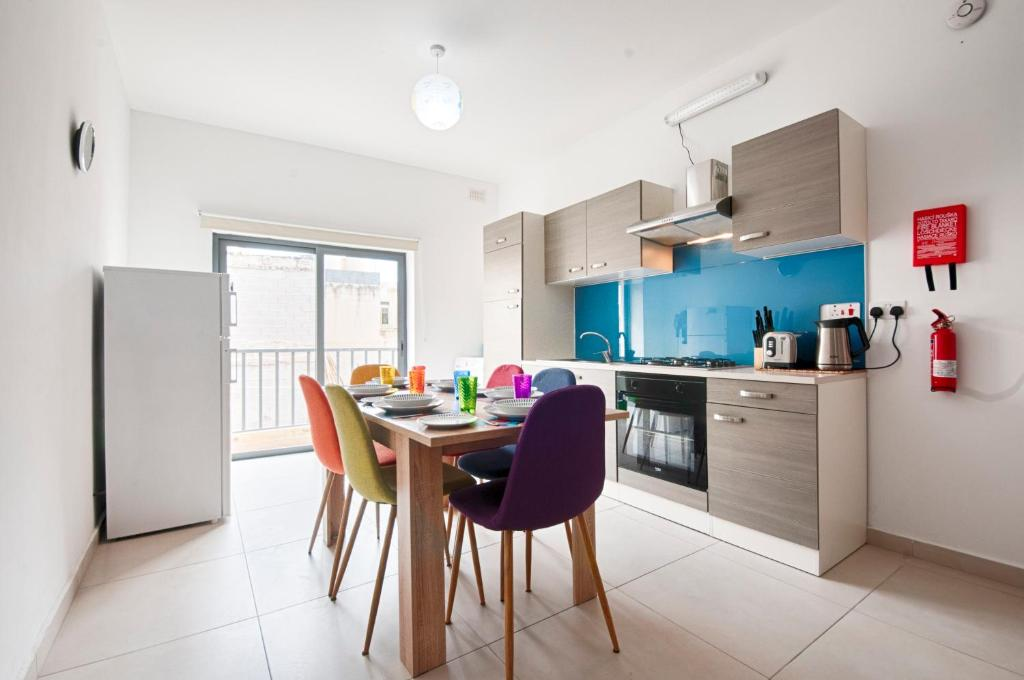 Cuisine ou kitchenette dans l'établissement Bright 2 Bedroom Apartment - Free Wifi