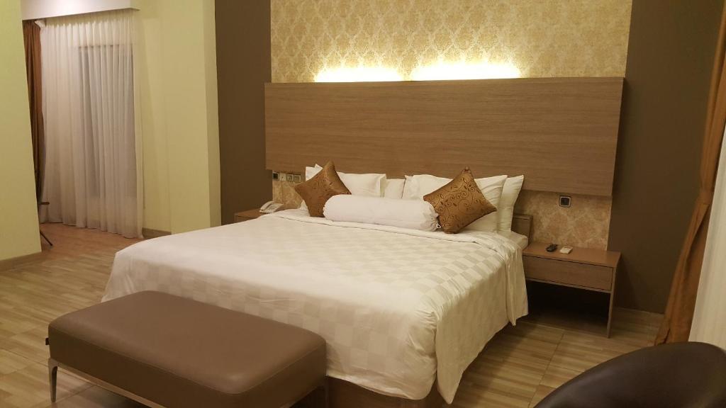 Uma cama ou camas num quarto em Muara Hotel and Mall Ternate
