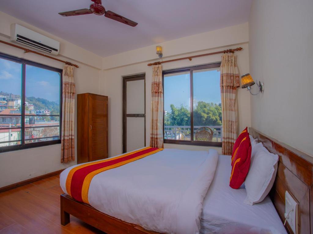 מיטה או מיטות בחדר ב-OYO 11454 Hotel Garuda Inn
