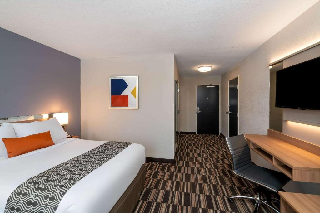 A bed or beds in a room at Microtel Inn & Suites by Wyndham Carlisle