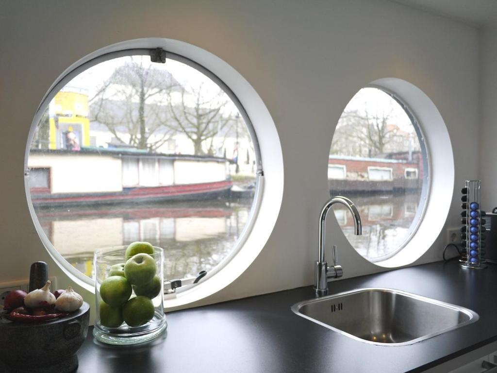 A kitchen or kitchenette at Lovely house Boat city centre canal