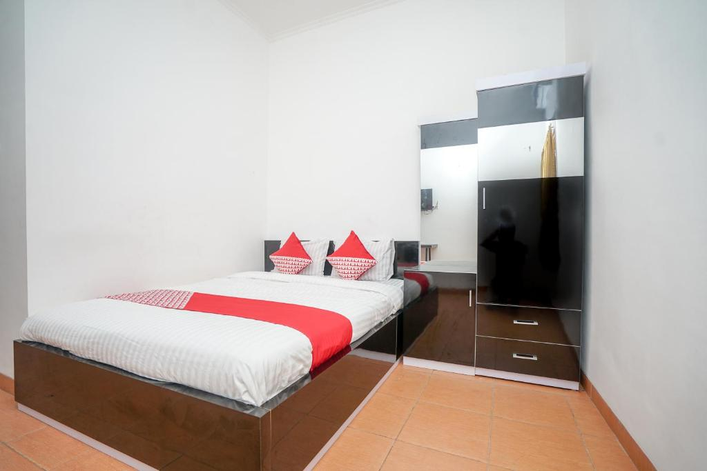 A bed or beds in a room at OYO 445 Lavender Residence Syariah
