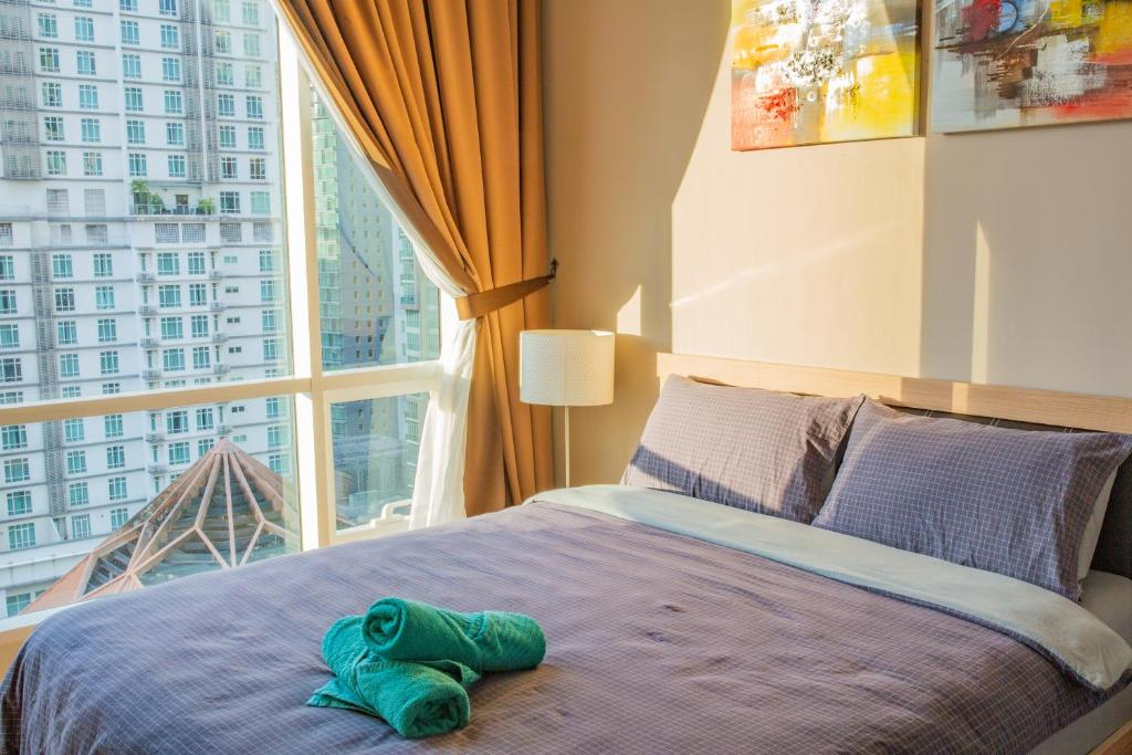 A bed or beds in a room at Soho Suites KLCC by Alucard