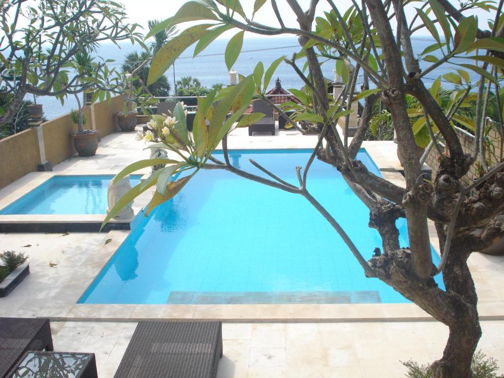 Uitzicht op het zwembad bij Barong Cafe Bungalow and Restaurant of in de buurt