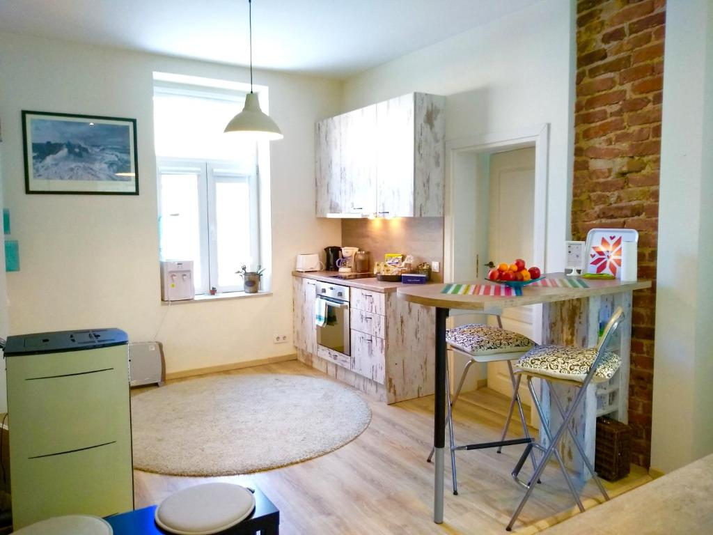A kitchen or kitchenette at 55 sqm new top center, quiet and cozy